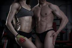 年轻性感的运动男人和妇女在健身以后行使 完善的强健的身体 免版税图库摄影