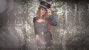 性感的迪斯科军事舞蹈家妇女 影视素材