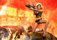 性感的金发碧眼的女人画象有枪的 免版税图库摄影