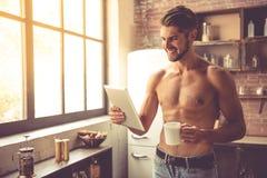 性感的年轻人在厨房里 免版税库存照片