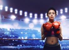 性感的年轻和适合的亚裔女性拳击手 图库摄影