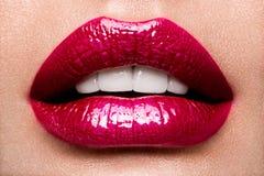 性感的嘴唇 秀丽红色嘴唇构成细节 免版税图库摄影