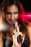 性感的年轻妇女画象有枪的 免版税库存照片