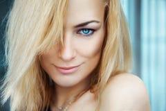 性感的年轻成人白肤金发的女孩水平的画象有蓝色ey的 免版税库存照片