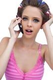 性感的年轻有电话的模型佩带的头发路辗 免版税库存照片