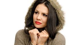 性感的年轻深色的女孩在是的秋天冷的。 免版税图库摄影