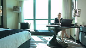 性感的年轻白肤金发的女商人在旅馆客房或办公室工作 商业对人立场手提箱行程负无法认出 影视素材