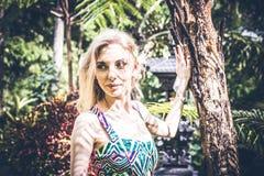 性感的年轻白肤金发的秀丽在巴厘岛,印度尼西亚雨林里  库存照片