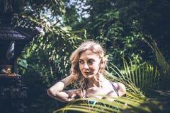 性感的年轻白肤金发的秀丽在巴厘岛,印度尼西亚雨林里  免版税库存图片