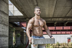 性感的建筑工人赤裸上身与肌肉 免版税库存照片