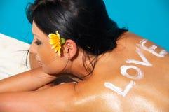 性感美丽的游泳池边 免版税图库摄影