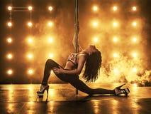 性感舞蹈演员的杆 免版税库存图片
