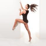 性感芭蕾舞女演员赤足的姿势 免版税库存照片
