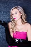 性感,美丽和年轻白肤金发的妇女 与桃红色嘴唇的模型 库存图片
