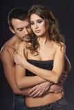 性感年轻夫妇拥抱 免版税库存照片