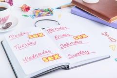 性提示 性计划的概念性图象在日常生活中 个人组织者与星期和性日程表在几天之前 免版税图库摄影