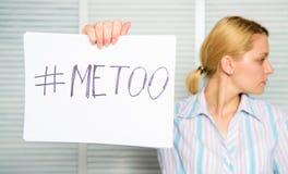 性攻击和骚扰的受害者在工作场所 保护女性权利 仿造的社会运动 社会抗议 免版税库存图片