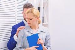 性攻击和骚扰的受害者在工作场所 性扰乱女性同事的商人 女性与 免版税库存照片