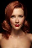 年轻性有红色嘴唇和lo的红头发人赤裸女孩画象  免版税库存图片