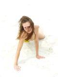 性海滩的女孩坐 免版税图库摄影