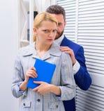 性骚扰在营业所 性攻击和骚扰的受害者在工作场所 疯狂对同事 免版税库存照片