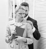 性骚扰在营业所 性攻击和骚扰的受害者在工作场所 疯狂对同事 免版税库存图片