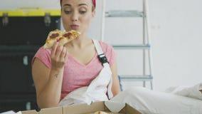 总体的微笑的妇女吃鲜美薄饼的 股票视频