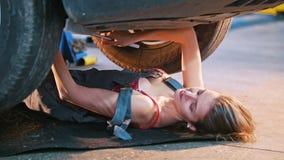 总体说谎的inder的性感的技工女孩汽车和修理它 影视素材