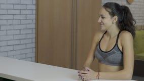 总台的年轻女性在体育俱乐部 股票视频