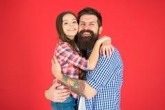 总是运载关于彼此 父亲和女儿容忍 o 小孩爱她的爸爸 r 库存图片