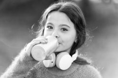总是音乐与我 有耳机的女孩逗人喜爱的孩子 原因您应该使用耳机 耳机改造了世界 免版税图库摄影
