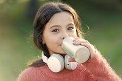 总是音乐与我 有耳机的女孩逗人喜爱的孩子 原因您应该使用耳机 耳机改造了世界 免版税库存图片