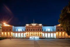 总统府外部在维尔纽斯在晚上,立陶宛 免版税库存照片