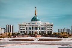 总统府`与蓝天的Ak-Orda `横跨河在阿斯塔纳,哈萨克斯坦 库存照片