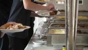 总计的人们您能吃承办酒席自助餐食物室内在豪华restauran 股票视频
