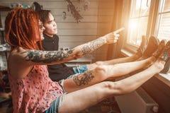 恋人供以人员和妇女神色窗口 免版税图库摄影