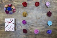 恋人假日 2月14日 有小组的礼物盒在木桌的玫瑰 与拷贝空间的顶视图 免版税库存图片
