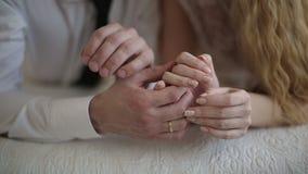 恋人在床上的握手 股票视频