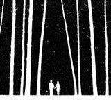 恋人在森林里 免版税图库摄影