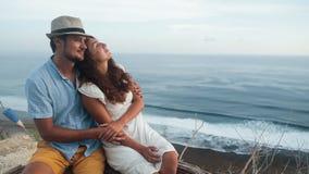 恋人在浪漫地方,拥抱,在背景,慢动作的美丽的景色坐 影视素材