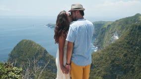 恋人在海洋美丽的景色背景从山的,慢动作亲吻 影视素材