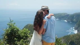 恋人在海洋美丽的景色背景从山的,慢动作拥抱 股票视频