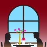 恋人在窗口附近喝与花瓶的咖啡 免版税库存图片