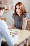 恋人在自助餐厅联系 免版税库存图片