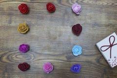 恋人天 2月14日 有小组的礼物盒在木桌的玫瑰 与拷贝空间的顶视图 库存照片