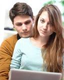 恋人夫妇使用有担心的态度的一台计算机 免版税库存照片