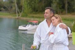 恋人夫妇在湖放松在假日 免版税库存图片