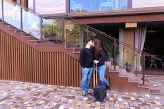 恋人夫妇在餐馆附近遇见人,他们看每othe 图库摄影