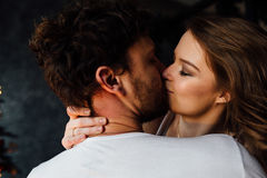 恋人愉快的夫妇睡衣的 拥抱 热情的亲吻 库存照片