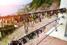 恋人挂锁在旅游业地方 免版税库存照片